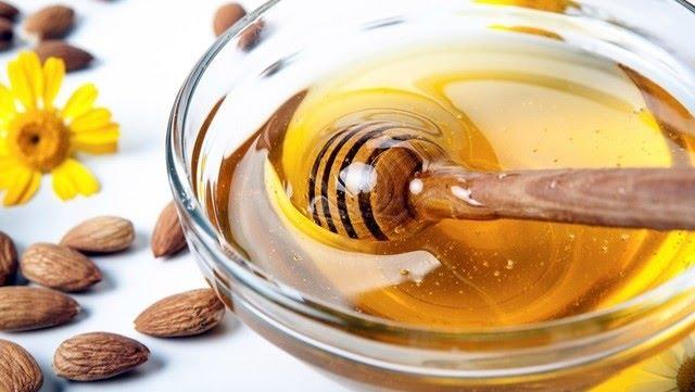 Se recomienda de tres a cinco cucharadas de miel al día sin que se tenga efectos secundarios, riesgos o consecuencias negativas para la salud.