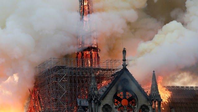 Fuego y humo salen de los techos y andamios de la catedral de Notre Dame, en París. REUTERS/Benoit Tessier