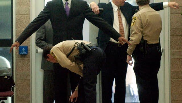 Kobe Bryant en los juzgados de Colorado en 2004 cuando había sido acusado de violar a una joven. Foto: AP