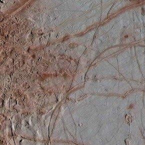 """Europa, la luna helada de Júpiter: imágenes reprocesadas muestran el """"terreno del caos""""  con más detalles"""