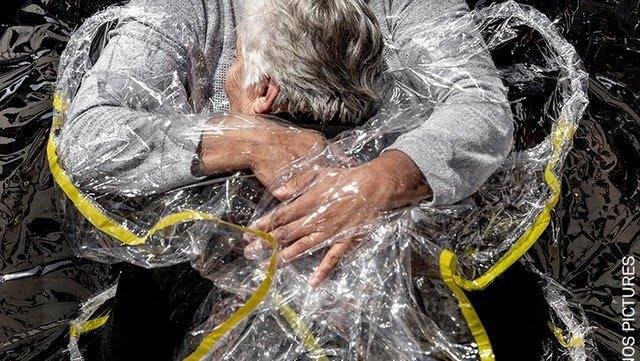 Primer abrazo en pandemia, del danés Mads Nissen, World Press Photo del año DPA vía Europa Press / EP